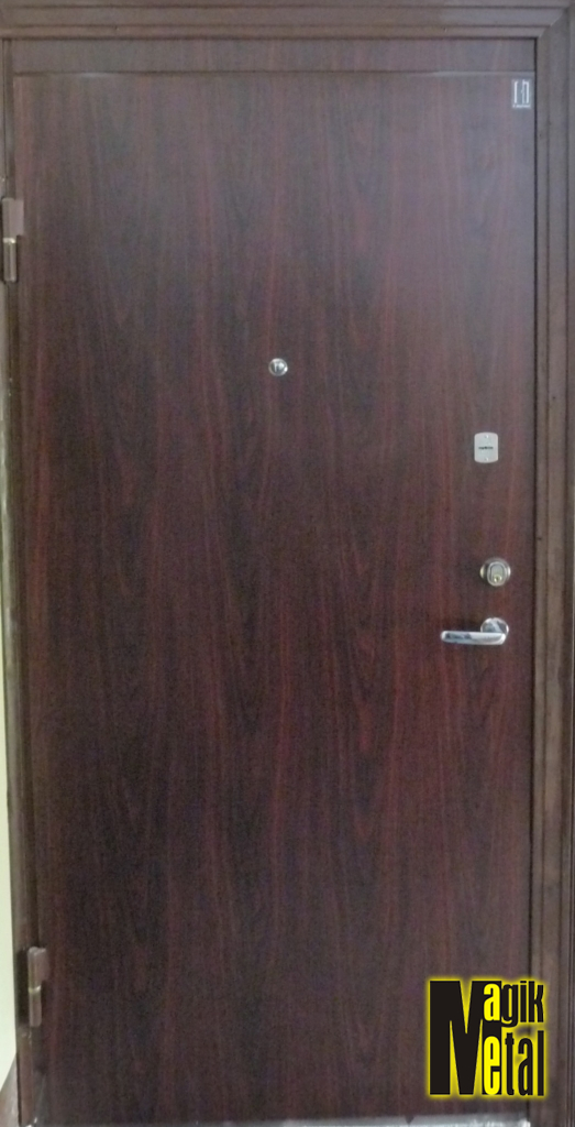 Durvis ar dekoratīvo līmplēvi