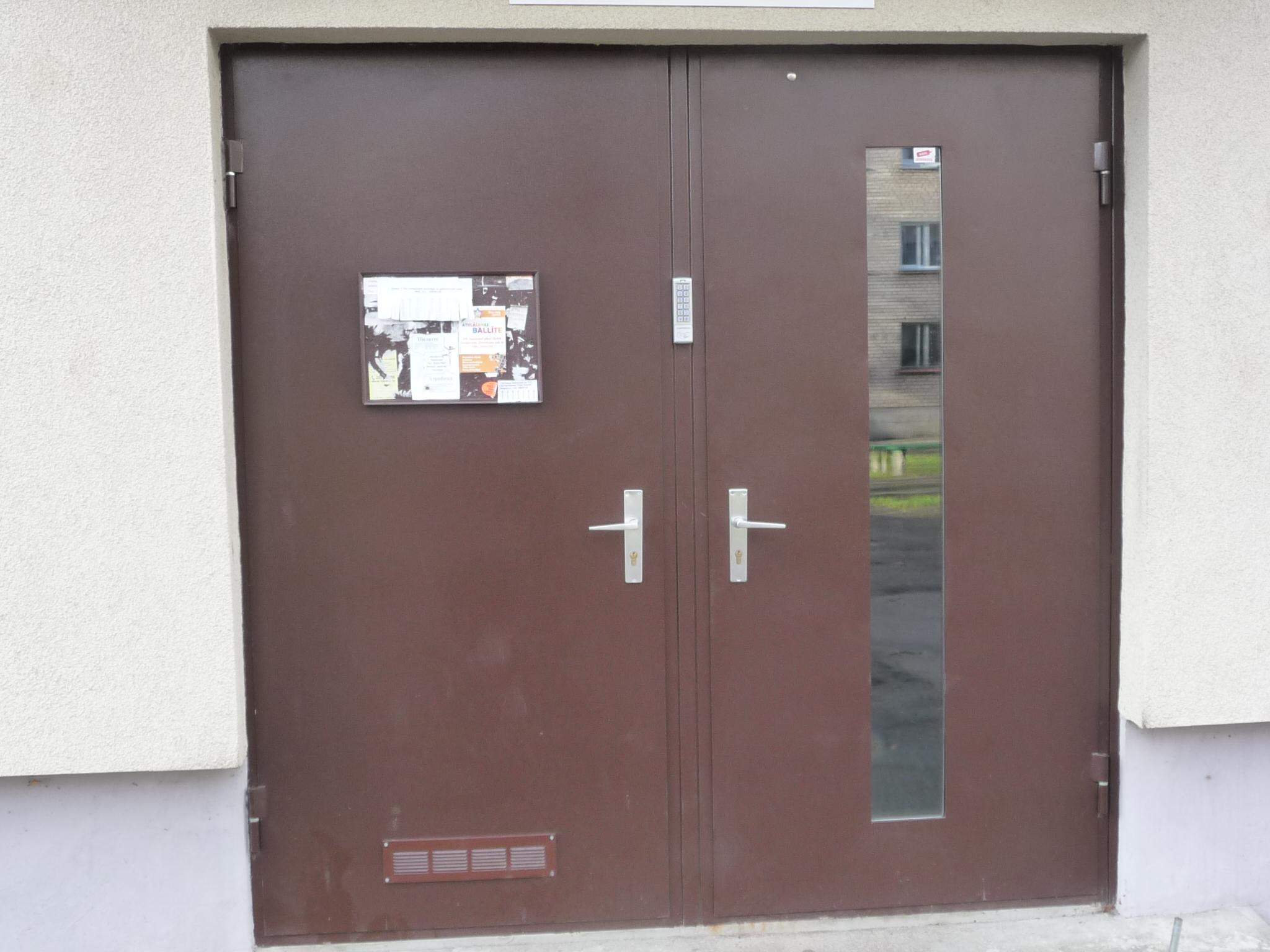 Durvis kāpņutelpā, pulverkrāsa